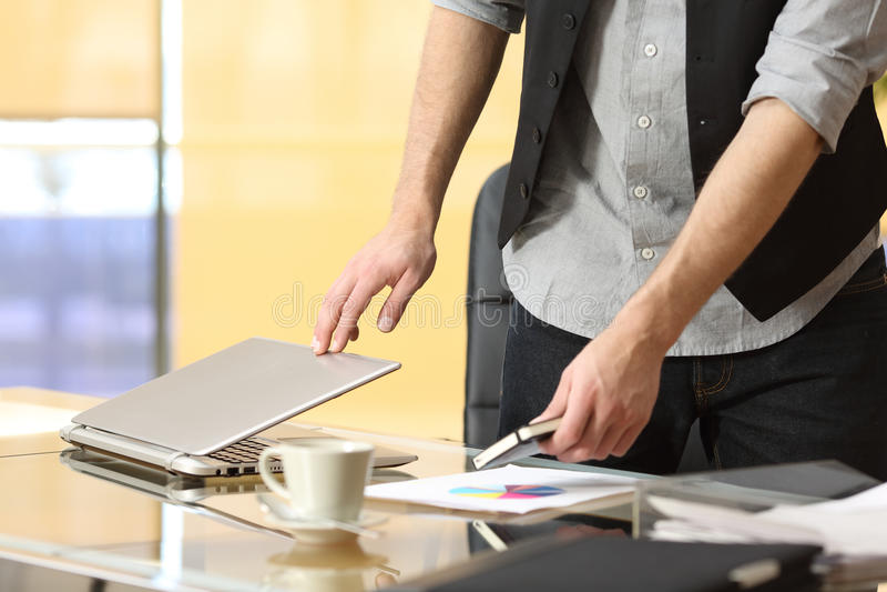 Homme d'affaires quittant le travail au bureau image stock