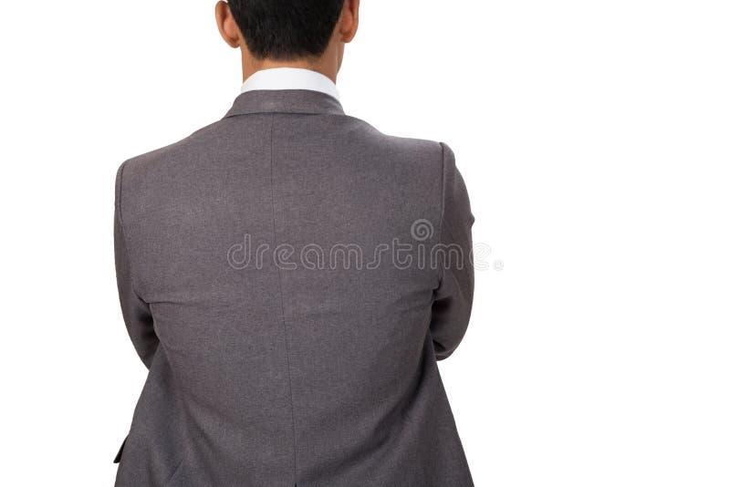 Homme d'affaires réfléchi se tenant de nouveau à l'appareil-photo avec des bras croisés images stock
