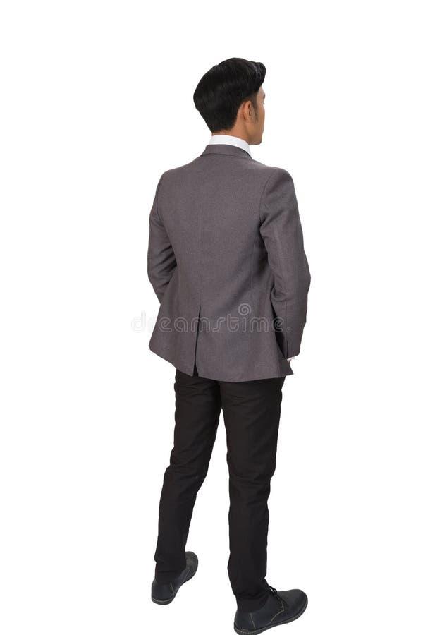 Homme d'affaires réfléchi se tenant de nouveau à l'appareil-photo sur le backgrou blanc image libre de droits