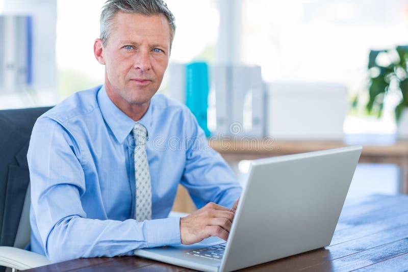 Download Homme D'affaires Réfléchi Utilisant L'ordinateur Portable Image stock - Image du pensif, utilisation: 56481143