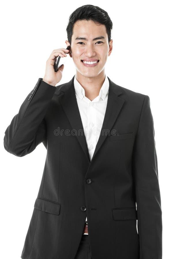 Homme d'affaires répondant à un appel téléphonique photos libres de droits