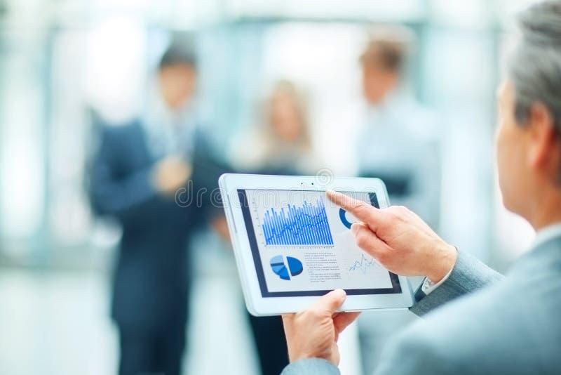 homme d'affaires réussi avec le graphique financier images stock