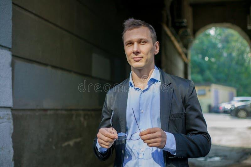 Homme d'affaires réussi dans le costume se tenant sûrement dans la ville image libre de droits