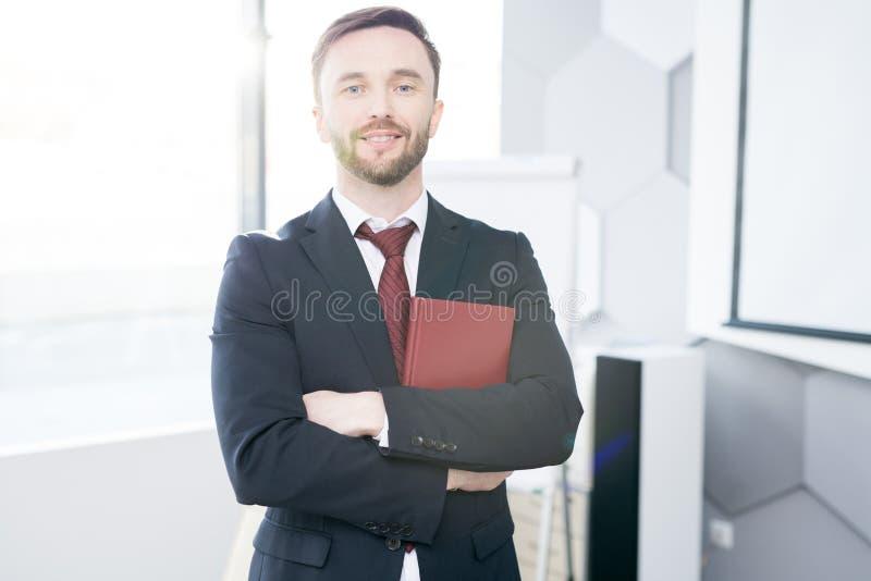 Homme d'affaires réussi posant dans le bureau photographie stock libre de droits