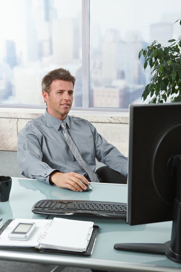 Homme d'affaires réussi travaillant au bureau image libre de droits