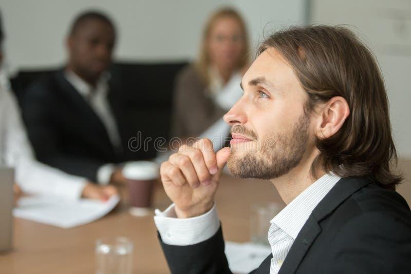 Homme d'affaires rêveur pensant à l'avenir de planification d'idée d'affaires à photo stock