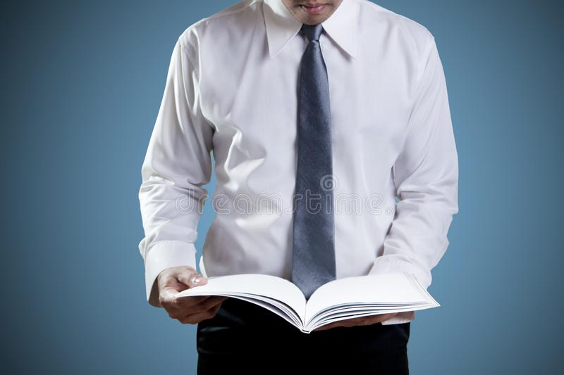 Homme d'affaires Reading images stock