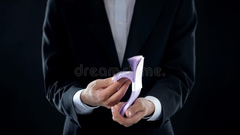 Homme d'affaires recevant l'euro, argent facile, affaires rentables, crédit bancaire, richesse image libre de droits