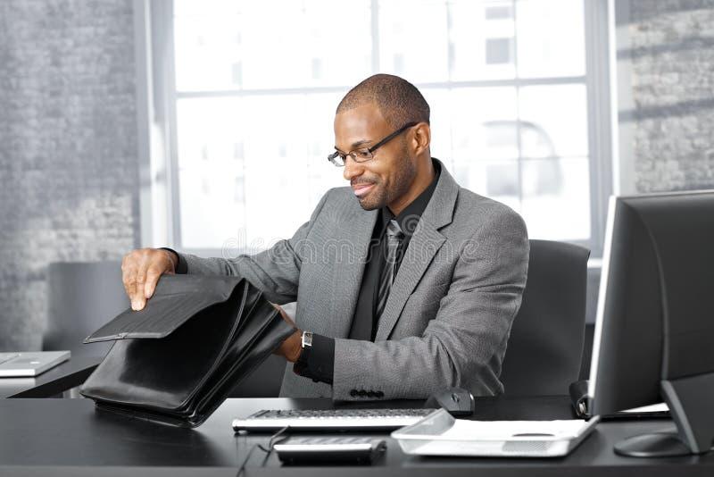 Homme d'affaires recherchant dans la serviette photos libres de droits