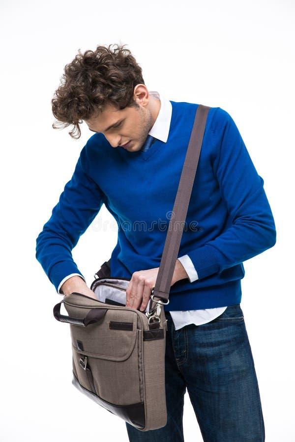 Homme d'affaires recherchant des documents dans son sac images stock