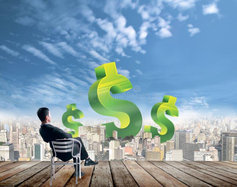 Homme d'affaires recherchant des finances photos libres de droits