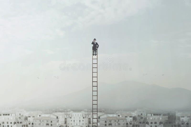 Homme d'affaires recherchant des affaires nouvelles passant en revue avec ses jumelles au-dessus de la ville photo libre de droits