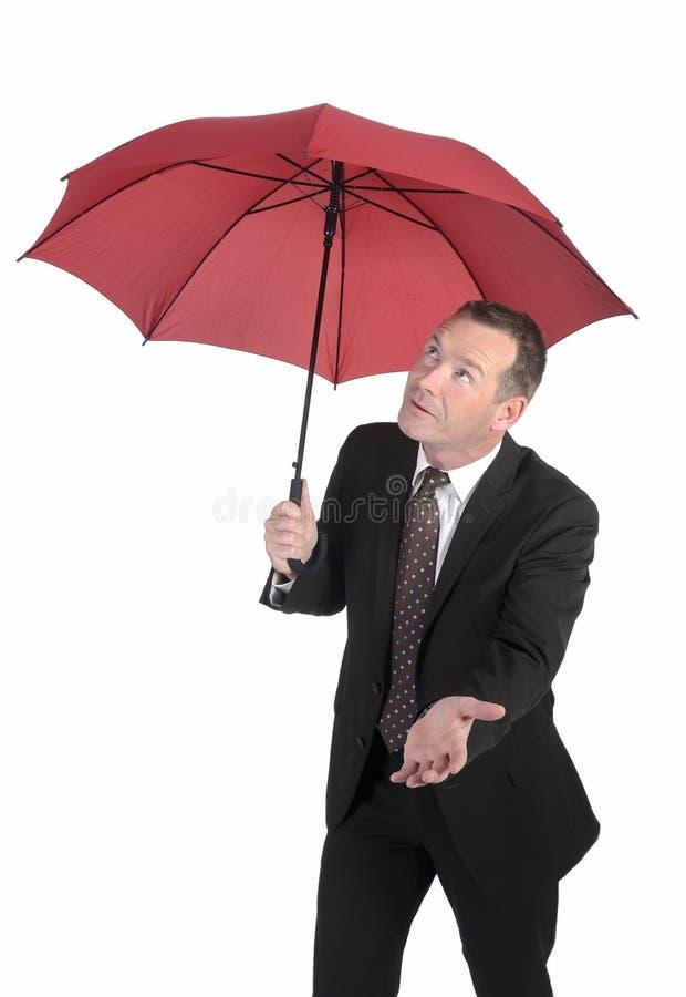 Homme d'affaires recherchant la pluie image stock