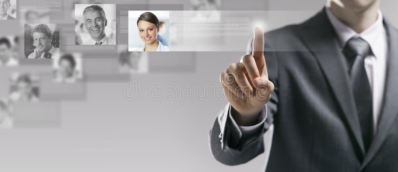 Homme d'affaires recherchant un profil d'utilisateur photographie stock libre de droits