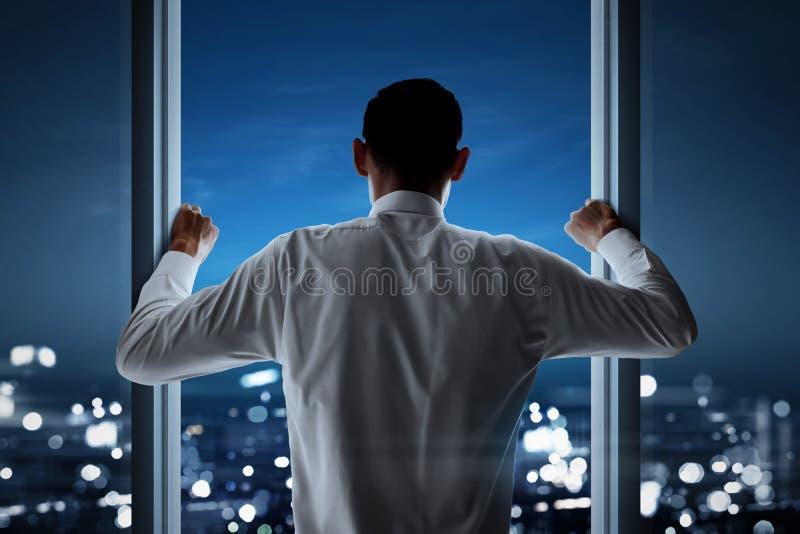 Homme d'affaires regardant au paysage urbain photo libre de droits