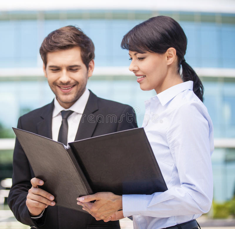 Homme d'affaires regardant des écritures avec la femme d'affaires photos stock