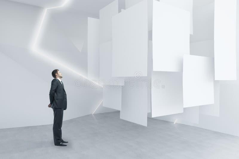 Homme d'affaires regardant des affiches photo stock