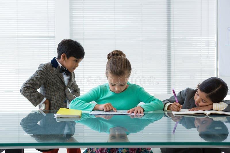 Homme d'affaires regardant des femmes d'affaires travaillant à la table photos libres de droits