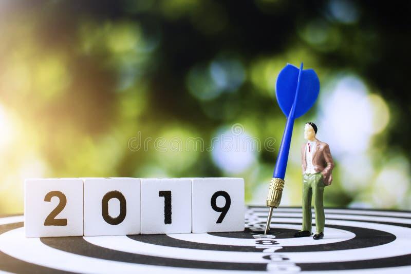 Homme d'affaires regardant en avant en 2019 pour le travail de planification avec le but photographie stock libre de droits