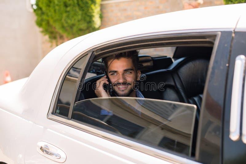 Homme d'affaires regardant la cuvette la fenêtre de la limousine photographie stock libre de droits