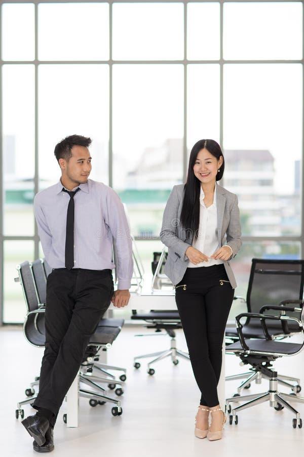 Homme d'affaires regardant la femme d'affaires dans le bureau moderne image libre de droits