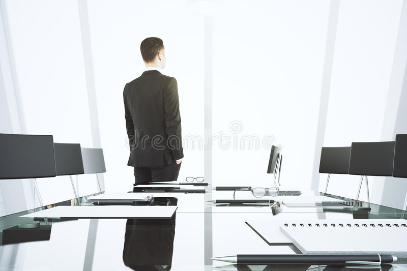 Homme d'affaires regardant la fenêtre dans l'esprit moderne de salle de conférence image libre de droits
