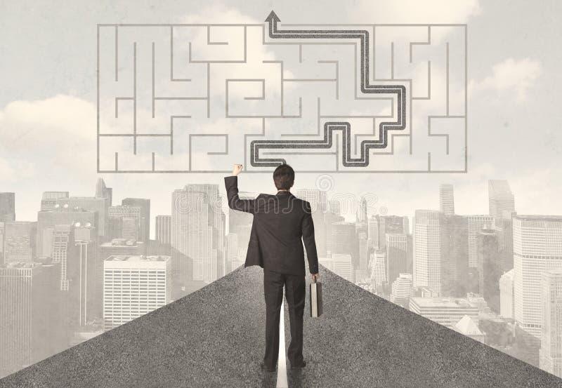 Homme d'affaires regardant la route avec le labyrinthe et la solution image libre de droits