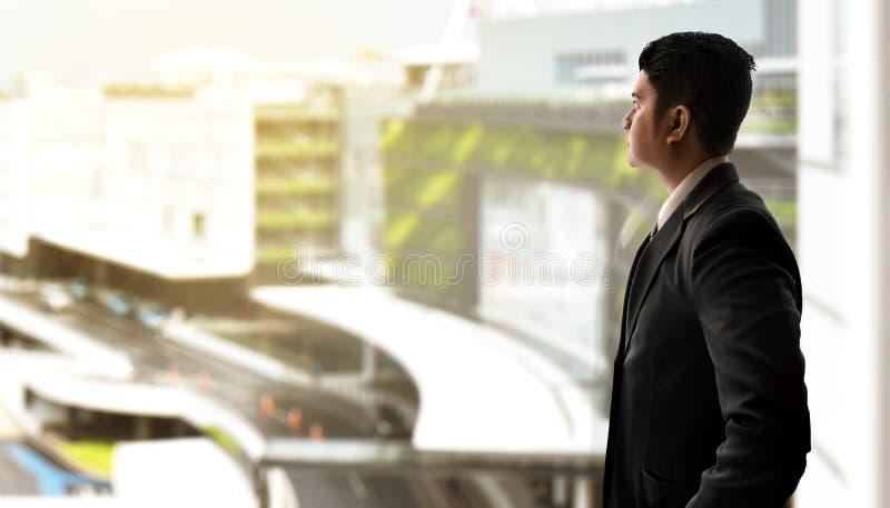 Homme d'affaires regardant le bâtiment de ville images libres de droits