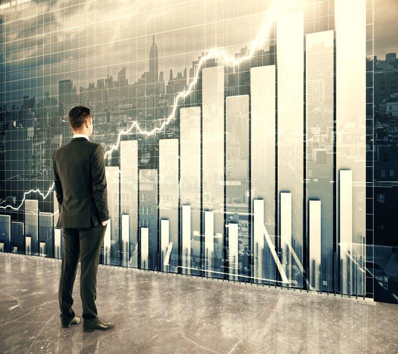 Homme d'affaires regardant le grand écran avec le graphique de gestion images libres de droits