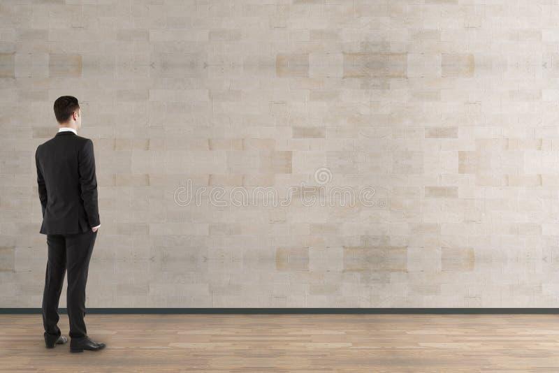 Homme d'affaires regardant le mur vide image libre de droits