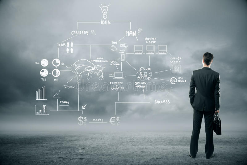 Homme d'affaires regardant le plan d'affaires photo libre de droits