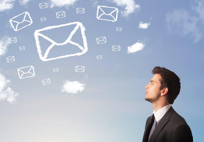 Homme d'affaires regardant le symbole de courrier images libres de droits