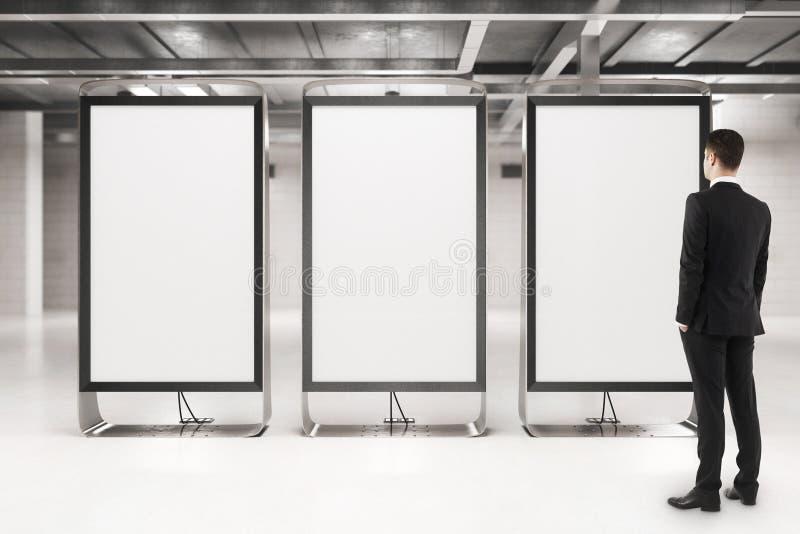 Homme d'affaires regardant les bannières vides photographie stock libre de droits