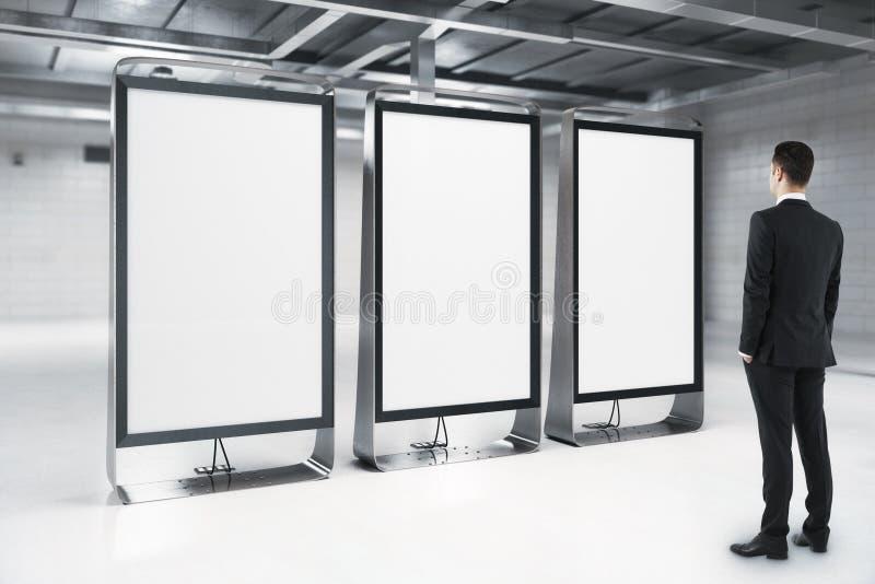 Homme d'affaires regardant les supports vides d'annonce photo libre de droits