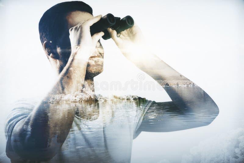 Download Homme D'affaires Regardant Par Des Jumelles Image stock - Image du fixation, contrôle: 77159113