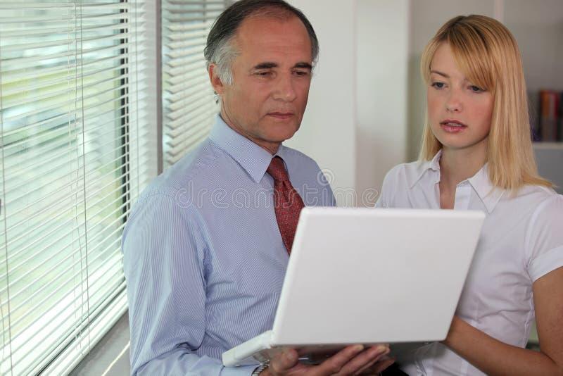 Homme d'affaires regardant un ordinateur portable photo stock