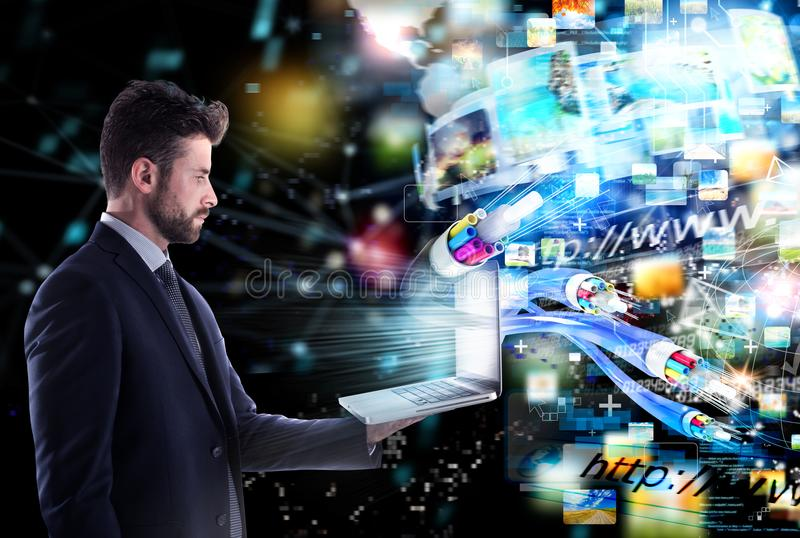 Homme d'affaires relié avec la fibre optique concept de partager rapide d'Internet image libre de droits