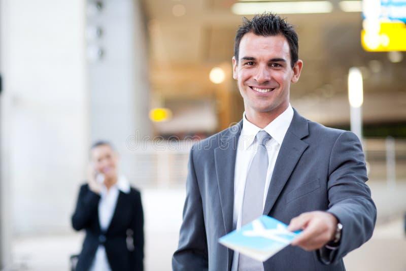 Homme d'affaires remettant le billet d'avion image libre de droits