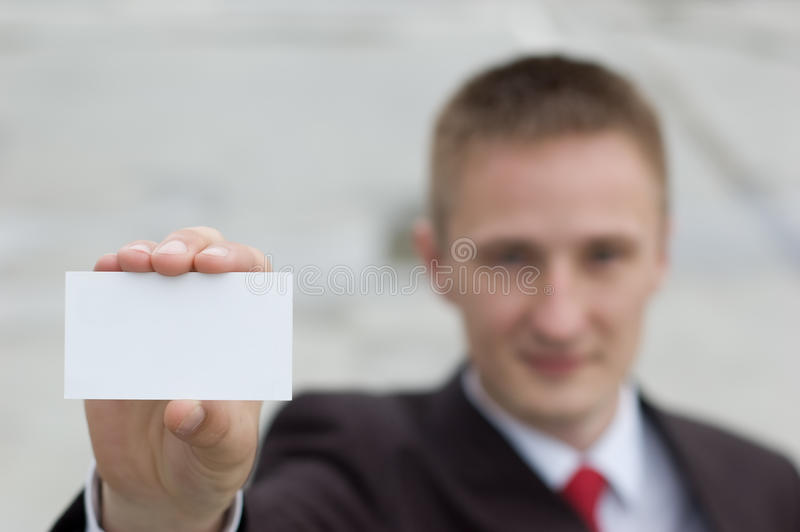 Homme d'affaires remettant une carte de visite professionnelle vierge de visite photographie stock