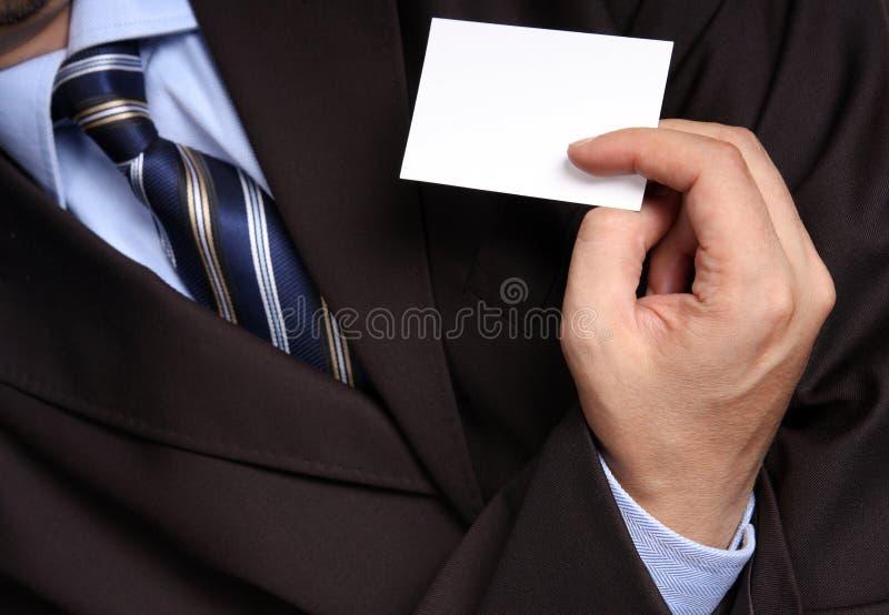 Homme d'affaires remettant une carte de visite professionnelle vierge de visite photos stock