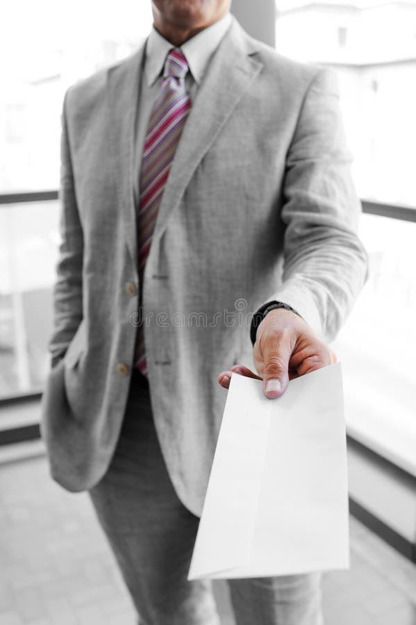 Homme d'affaires remettant une enveloppe de expédition photos libres de droits