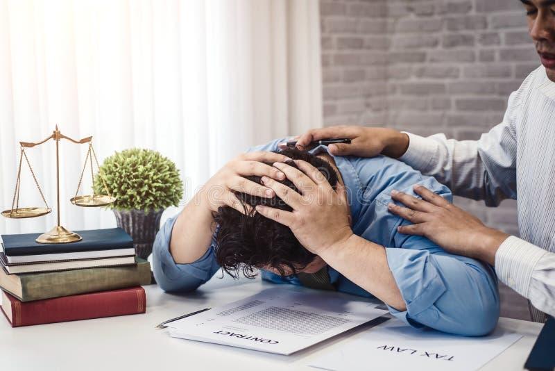 Homme d'affaires reposer la tension sérieuse pour le problème de l'assurance de contrat avec la consolation d'avocats à la soluti image libre de droits