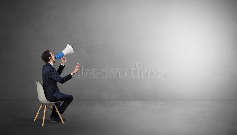 Homme d'affaires restant dans une salle vide avec des substances sur le sien le recouvrement photographie stock