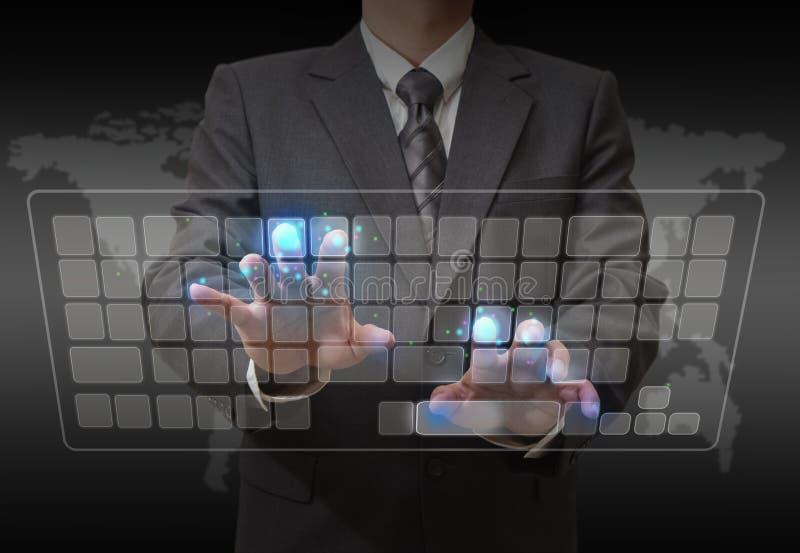 Homme d'affaires restant et travaillant avec l'écran tactile images libres de droits