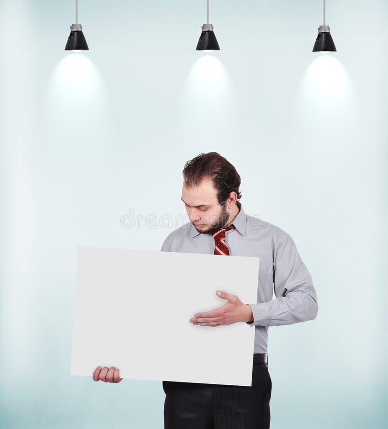 Homme d'affaires retenant l'affiche blanc photos libres de droits