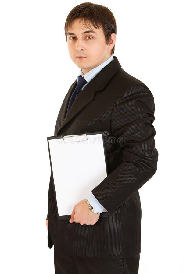Homme d'affaires retenant la planchette blanc dans des mains image libre de droits
