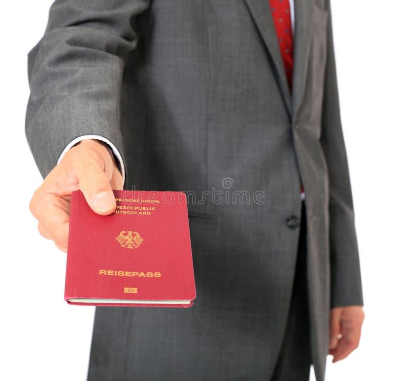 Homme d'affaires retenant le passeport allemand photo libre de droits