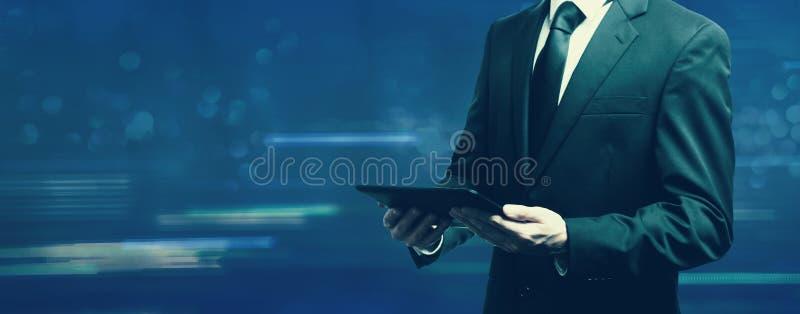 Homme d'affaires retenant un ordinateur de tablette images libres de droits
