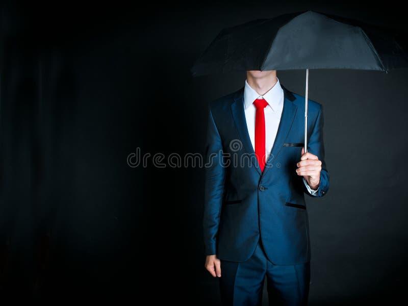 Homme d'affaires retenant un parapluie image libre de droits
