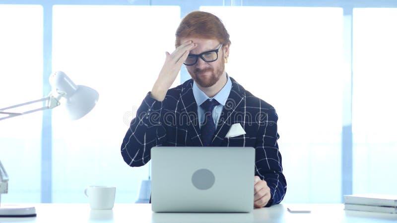 Homme d'affaires roux avec le mal de tête, la tension et l'effort images stock